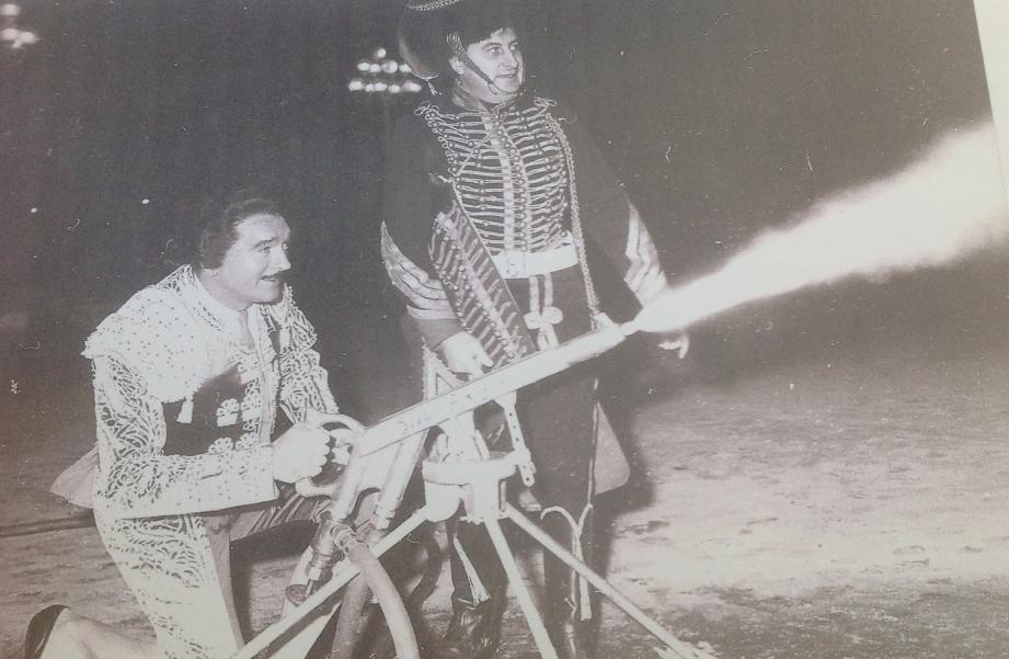 """Au """"Bal fou, fou,fou"""", en décembre 1963, Eddie Barclay déguisé en torero et Paul Pacini en soldat napoléonien actionnent un canon à neige pour une soirée mémorable."""