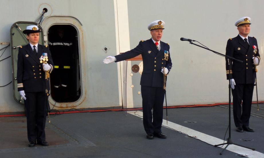 Le vice-amiral d'escadre Denis Béraud a fait reconnaître le capitaine de frégate Claire Pothier, nouveau commandant de la FLF Guépratte.