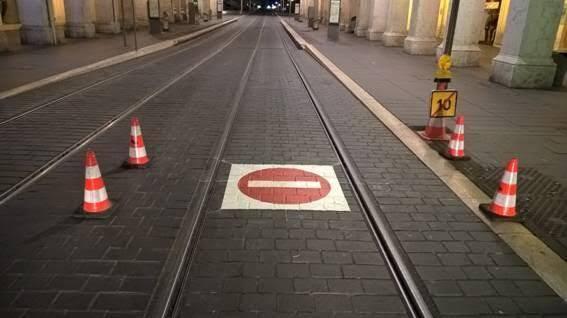 Marquage au sol sur les voies du tramway de Nice.