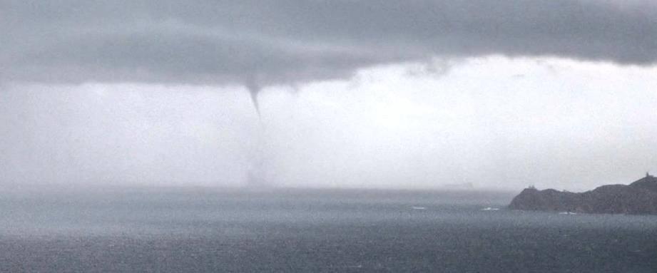 Le chasseur d'orages varois Tristan Bergen a pu observer et photographier dimanche matin une trombe marine à quelques encabluresde l'île du Levant.