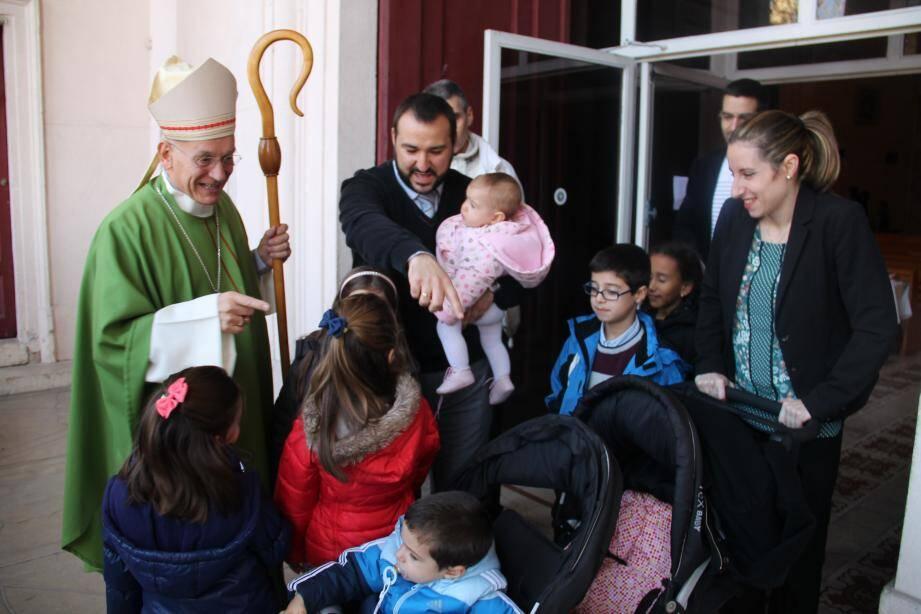 Mgr André Marceau est allé, avec chaleur, à la rencontre des fidèles.