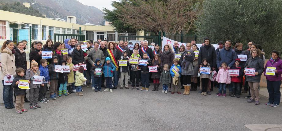 Les enseignants, parents et élus devant l'école maternelle Jean-Moulin.