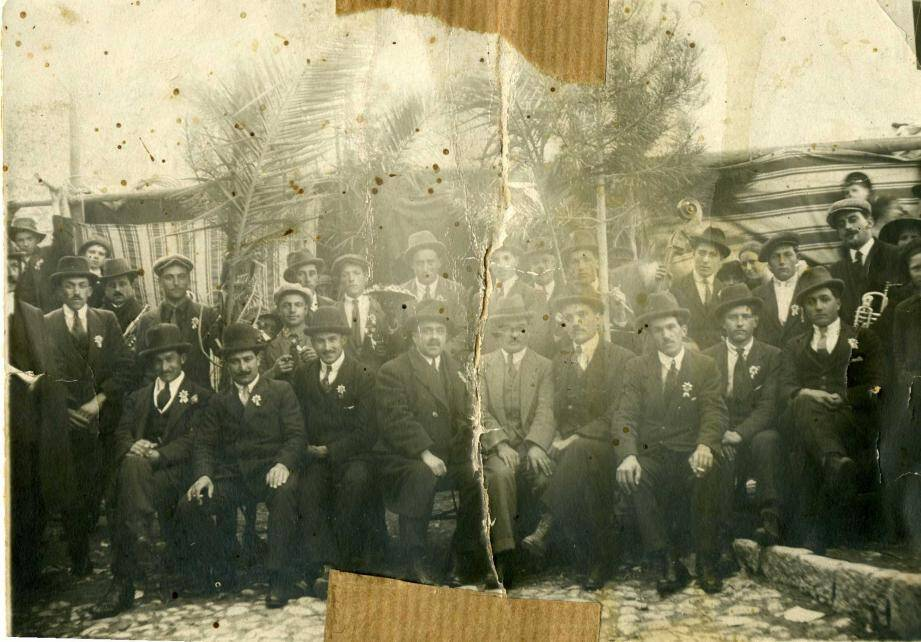 La Saint-Blaise en 1924, les aïeux des Gattiérois autour des musiciens de l'orchestre.