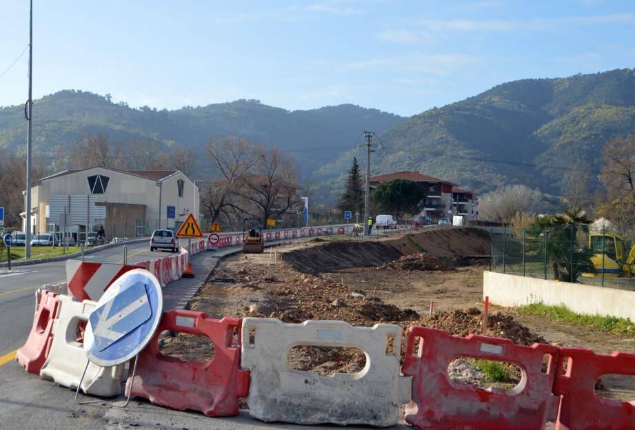 De part et d'autre du pont de la Siagne, les travaux vont se poursuivre pendant près de 4 mois afin d'achever les trottoirs et pistes cyclables déjà réalisés sur l'ouvrage.