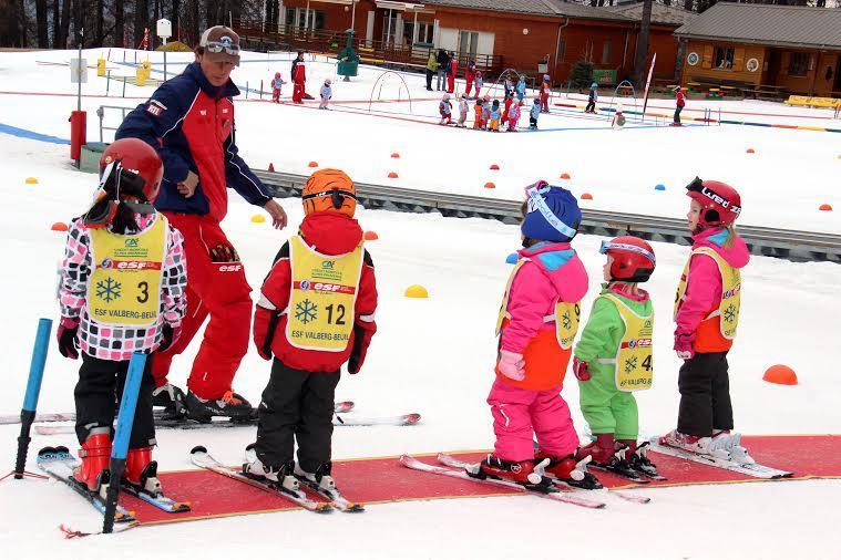 Les enfants au rendez-vous du ski, pour ce premier jour de vacances.