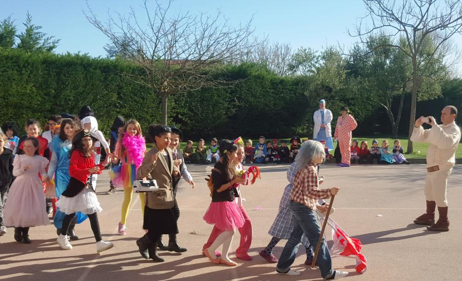 Dans la cour de l'école Teisseire, le carnaval bat son plein.