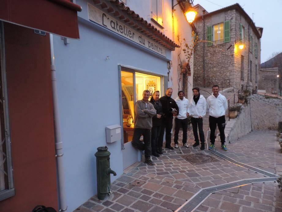 Yves Maurandi, Fabrice, Jean-David Murrau, François Maurel, Alexander Wadleigh, Christophe Magalon, de gauche à droite, devant « L'atelier du peintre ».