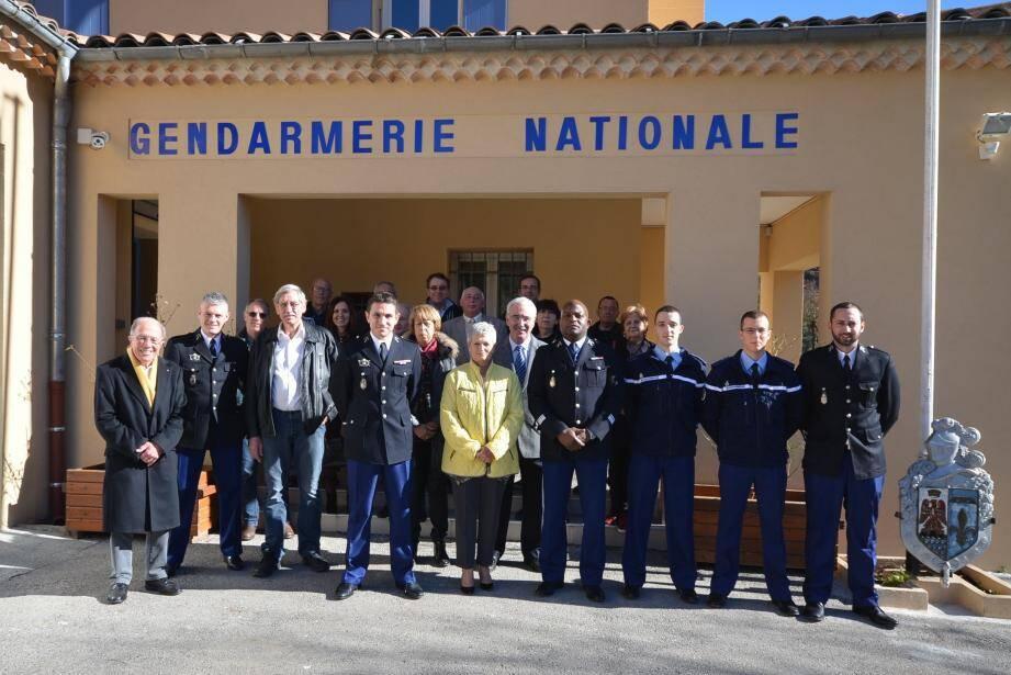 Le maire, Danielle Chabaud, entourée du commandant de brigade Steve Doussin à gauche et du commandant d'escadron Jean-Michel Rodride à droite, avec l'ensemble des militaires et de nombreux élus.
