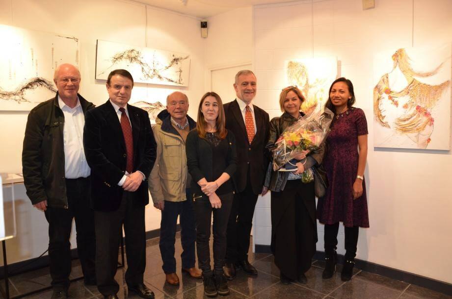 Au milieu d'une vingtaine de « tableaux bijoux », Lady Tanagra (2e à droite) entourée du maire et son épouse, de l'adjointe à la Culture Sarah Barrier, d'André J. Campana adjoint au maire de Monaco, de Richard Conte, élu de Villefranche-sur-Mer, et de Jacques Cannestrier, élu de Beausoleil.