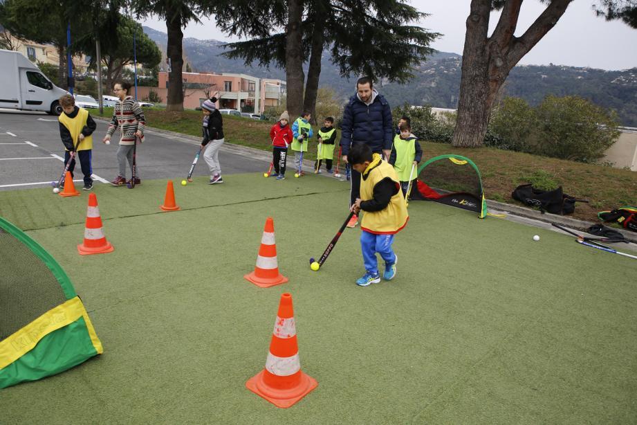Malgré la pluie, la caravane du sport a pu proposer une douzaine d'activités rapatriées dans le gymnase.