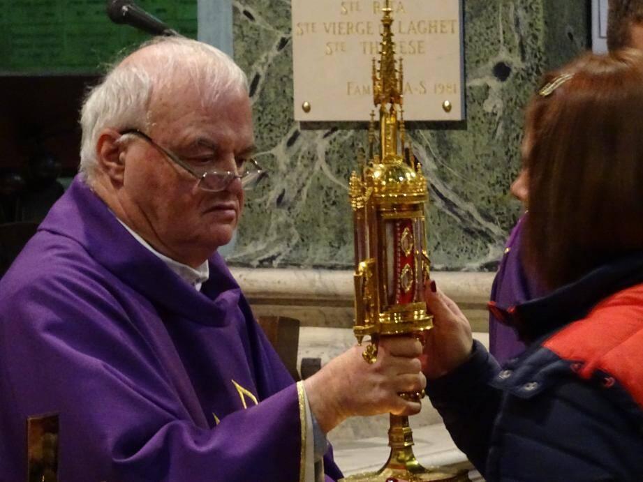 Le père Jean-Marie Tschann, recteur du sanctuaire de Laghet, a présenté hier les reliques de Jean-Paul II aux nombreux fidèles.