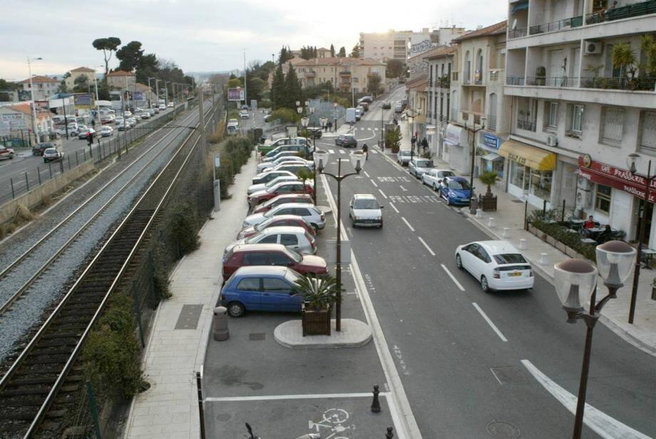 Une déviation est mise en place sur le boulevard Ossola et les piétons sont invités à emprunter la passerelle de la gare.