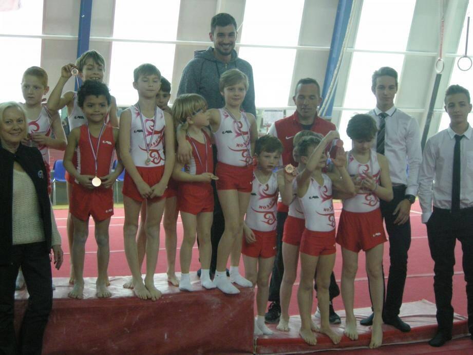 Les plus petits gymnastes du club ont trusté les premières places du podium, arborant fièrement leurs médailles.(DR)