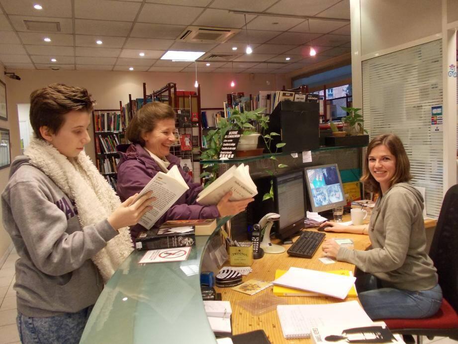 Au même titre que ses collègues, Myriam, Pascale et la responsable Guylaine, Fanny aime la proximité avec les usagers de la médiathèque.