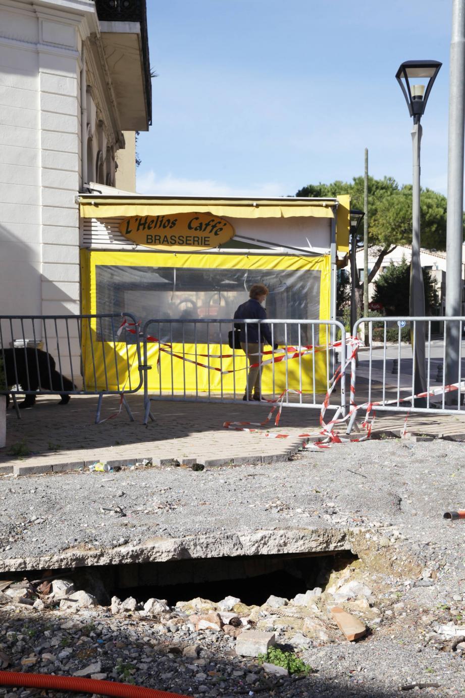 Lors des dernières inondations, la chaussée avait été complètement détruite (photo de droite). Quatre mois après, les travaux de réaménagement vont commencer.