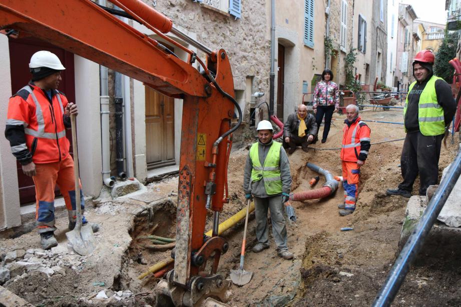 Les travaux sont en cours simultanément dans trois rues du village.