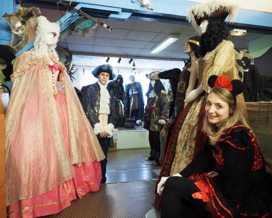 Sur 420 m2 de présentoirs, 12 000 costumes sont à la location à Fiesta Folie's pour habiller toutes les idées. A droite, Alexandra la couturière présente l'une des tenues préférées des femmes : la vraie robe de french cancan.