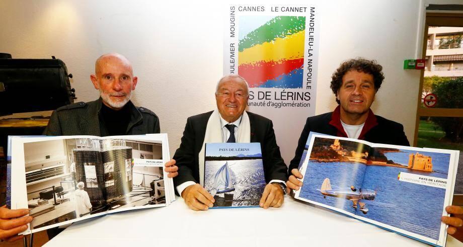 Bernard Brochand, président de l'Agglo, entouré de l'auteur et du photographe du livre : François Rosso (à gauche) et Jérôme Kelagopian.
