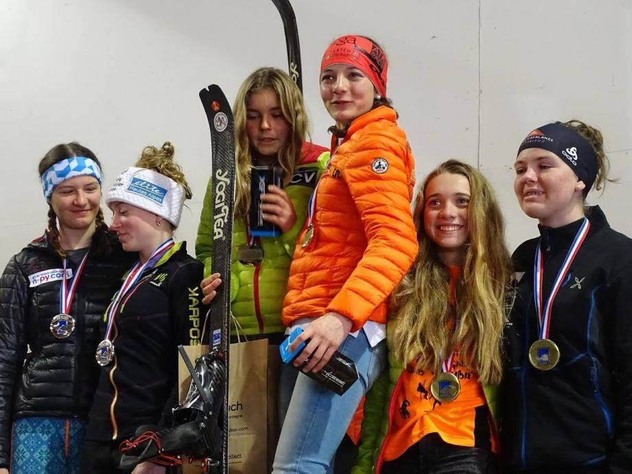 Justine Tonso et Marrie Borriglione (au centre) ont raflé, dimanche dernier, le titre de champion de France par équipe de ski-alpinisme.