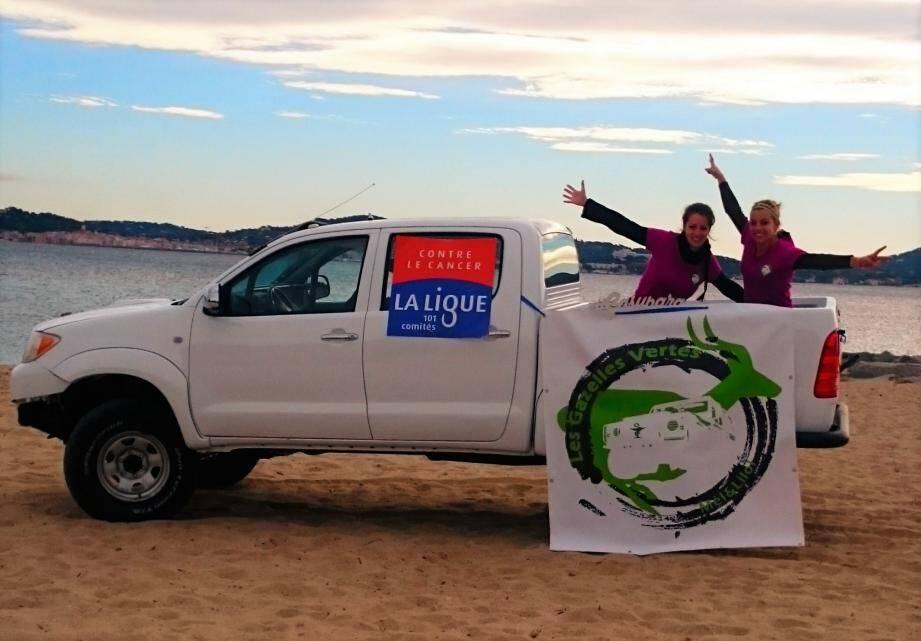 Marie et Mélanie arboreront, lors de leur participation au Rallye des Gazelles, une pancarte de la Ligue contre le cancer. Une cause qui leur tient particulièrement à cœur.                                                                      (D.R.)