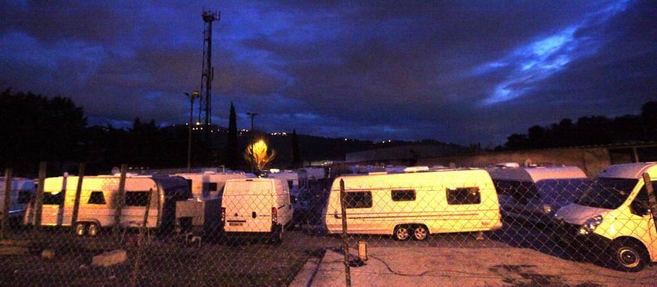 Les caravanes sont installées sur ce terrain communal jusqu'à mardi, selon l'accord signé avec le maire.