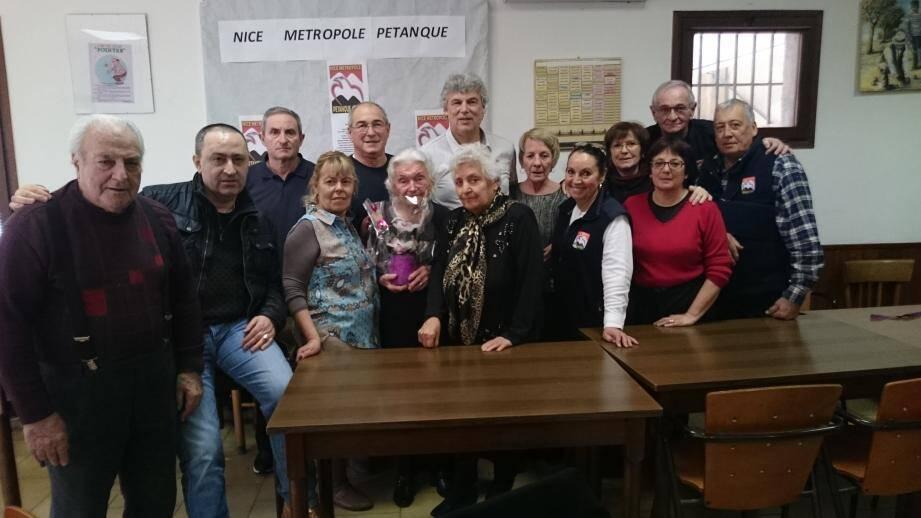 Photo souvenir des bénévoles organisateurs posant autour de Fifine Thibaud, ses neveux Alain et Michel, Mr et Mme Castaldo les fidèles amis.