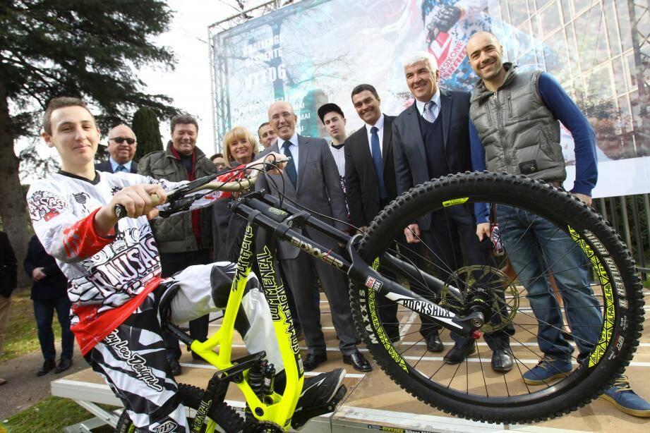 Eric Ciotti (au centre) et Nicolas Vouilloz (à droite), lors de la présentation du challenge descente VTT 06.