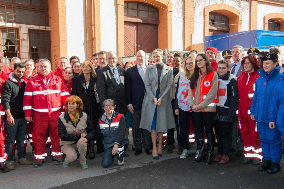 Le souverain et la princesse Charlène ont rencontré hier matin les équipes qui accueillent sur le site de la gare de Vintimille, une centaine de demandeurs d'asile.