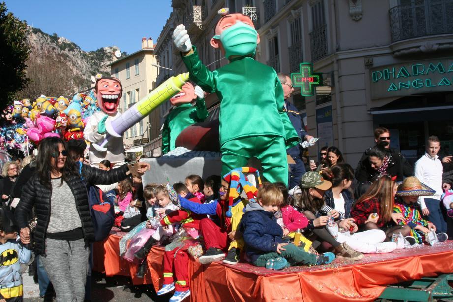 Les enfants déguisés ont défilé dans les rues de la ville.