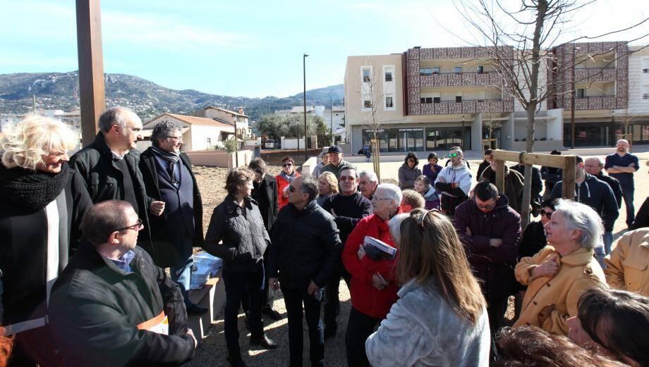 Réunion informelle entre les habitants du village Saint-Pierre et la municipalité hier matin en attendant l'inauguration mercredi.