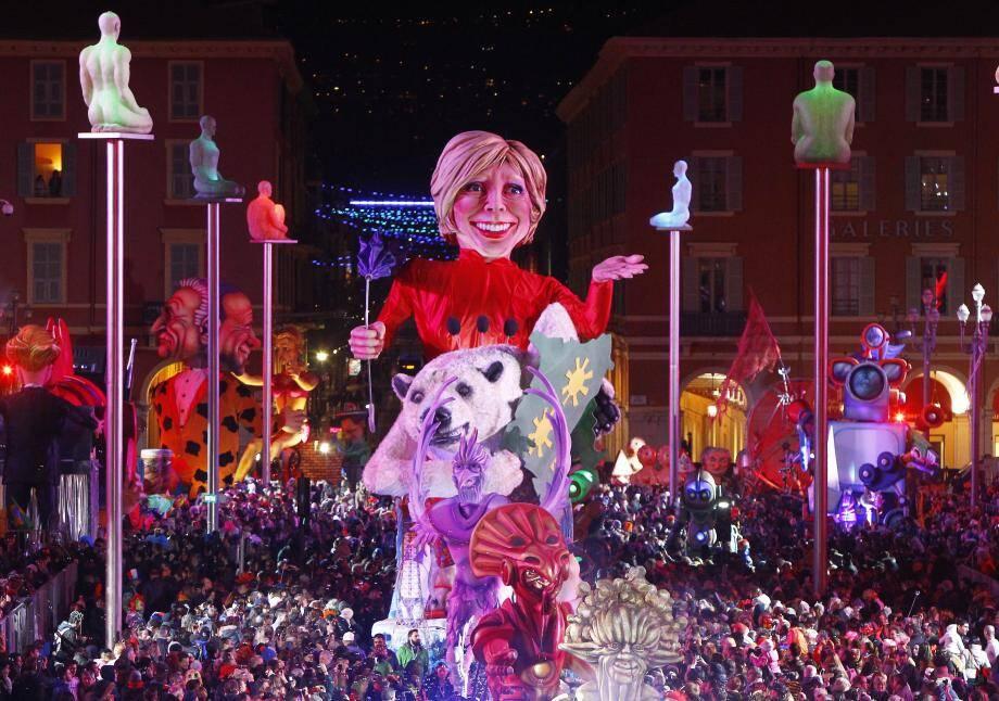 Ce week-end, notamment samedi soir, Carnaval a fait le plein en tribunes et promenoirs. Il faisait beau : un bon point pour les réservations de dernière minute, tributaires de la météo, qui a d'ailleurs un char à l'effigie d'Evelyne Dhéliat....