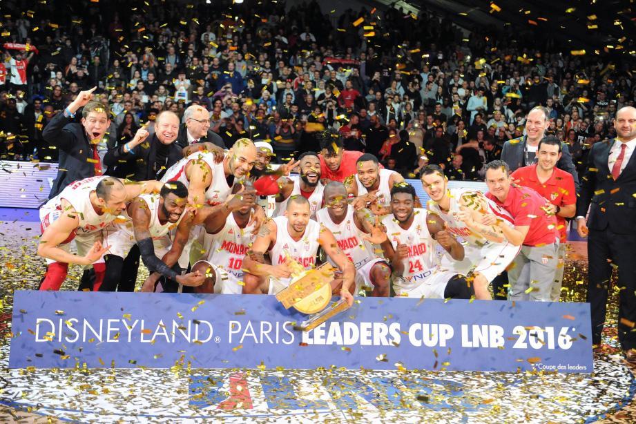 Le premier trophée de l'histoire de l'AS Monaco en Pro A : de quoi faire la fête à Disney !(Ph PQR/Ouest France)