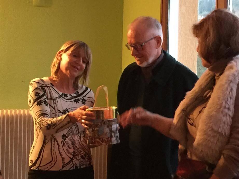 Nicole Giomini, la directrice du complexe du Riou en présence du président de l'AFPJR ont reçu le don de Monika Steiger.