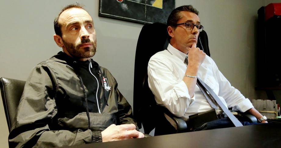 """Fred Braquet et son avocat Franck De Vita, lundi, en conférence de presse: """"On ne comprend pas l'usage de la garde à vue dans cette affaire de tifo""""."""