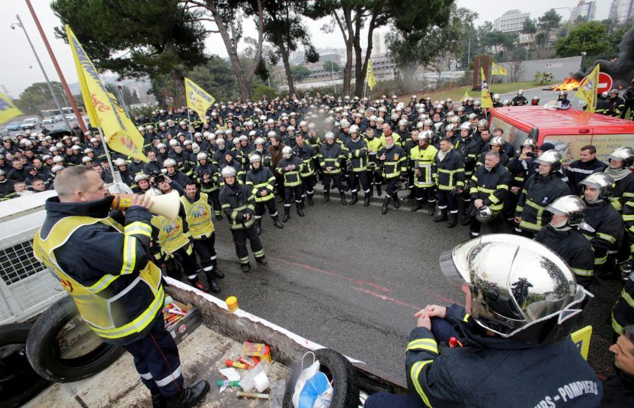 La grogne latente des soldats du feu s'est soldée, hier, par un défilé qui a bloqué l'A8 et le CADAM.