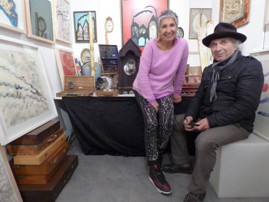 Mauro Alpi au milieu de son exposition à la Conciergerie de Silva Una.