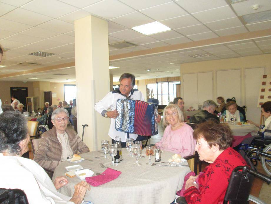 Les pensionnaires de la maison de retraite « les Jardins d'Inès » ont reçu la visite d'un accordéoniste pour la Chandeleur.