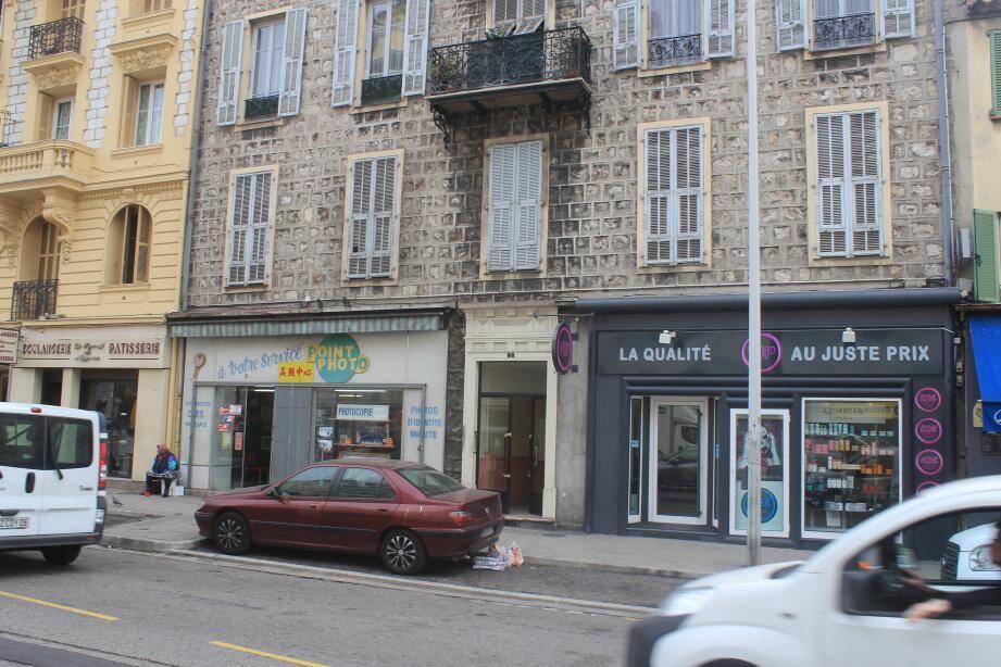 Les escrocs opéraient depuis l'appartement aux volets fermés, au premier étage du 5 avenue de la Californie à Nice.