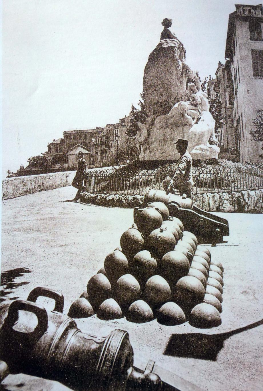 Les discussions vont bon train sur la Cannonière, « A canunera », côté est des remparts du Rocher de Monaco.(DR)