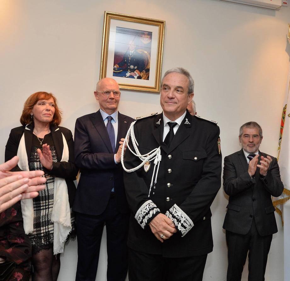 Régis Asso entouré de son épouse, du ministre d'État et du conseiller de gouvernement pour l'Intérieur.