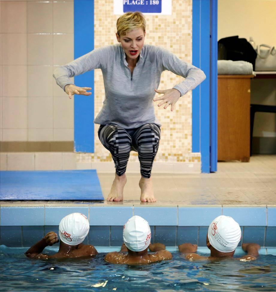 Au bord du bassin, l'heure des conseils pour appréhender les techniques de nage.