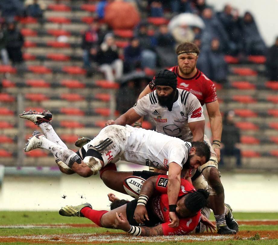 La bataille a fait rage au sol, comme peut en témoigner Mathieu Bastareaud, sous le regard de Vermeulen.