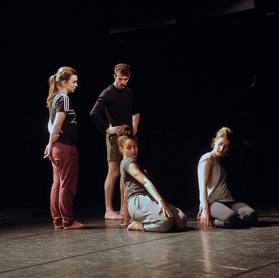 Les quatre danseurs de la noire Scarlett d'Arthur Pérole lors de la répétition.
