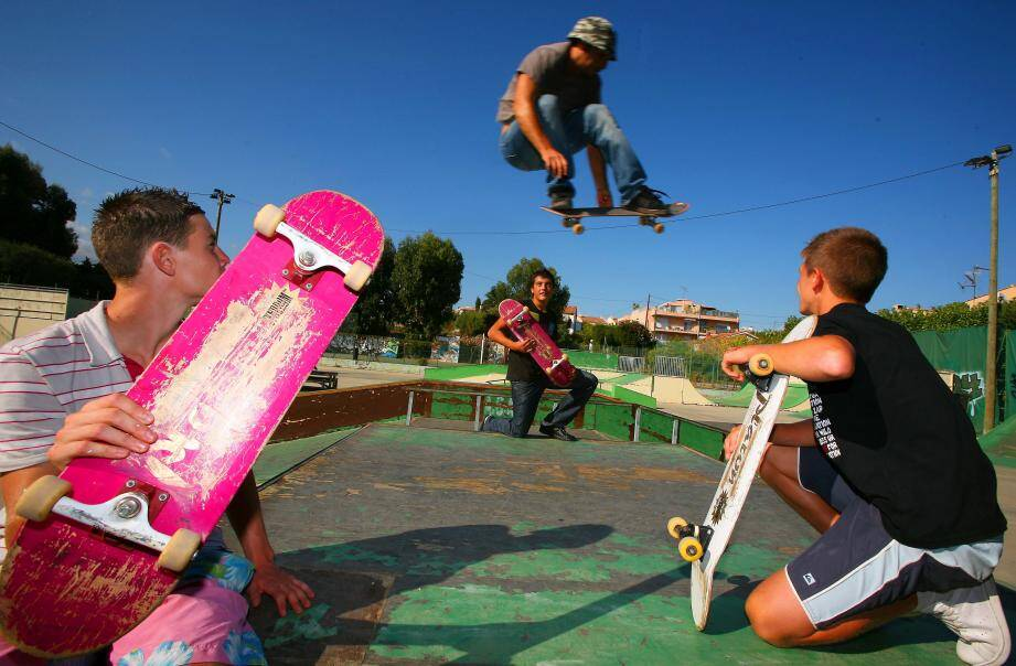 Depuis la fermeture du skate-park des Jaquons en février 2010, les jeunes adeptes du skate, de la trottinette ou du bike, ont besoin de leurs parents pour les conduire dans d'autres villes.