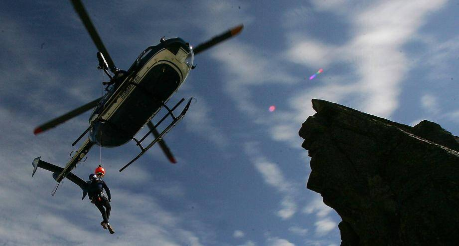 Les gendarmes du PGHM sont intervenus samedi après-midi par hélicoptère pour secourir une randonneuse à ski (image d'illustration).