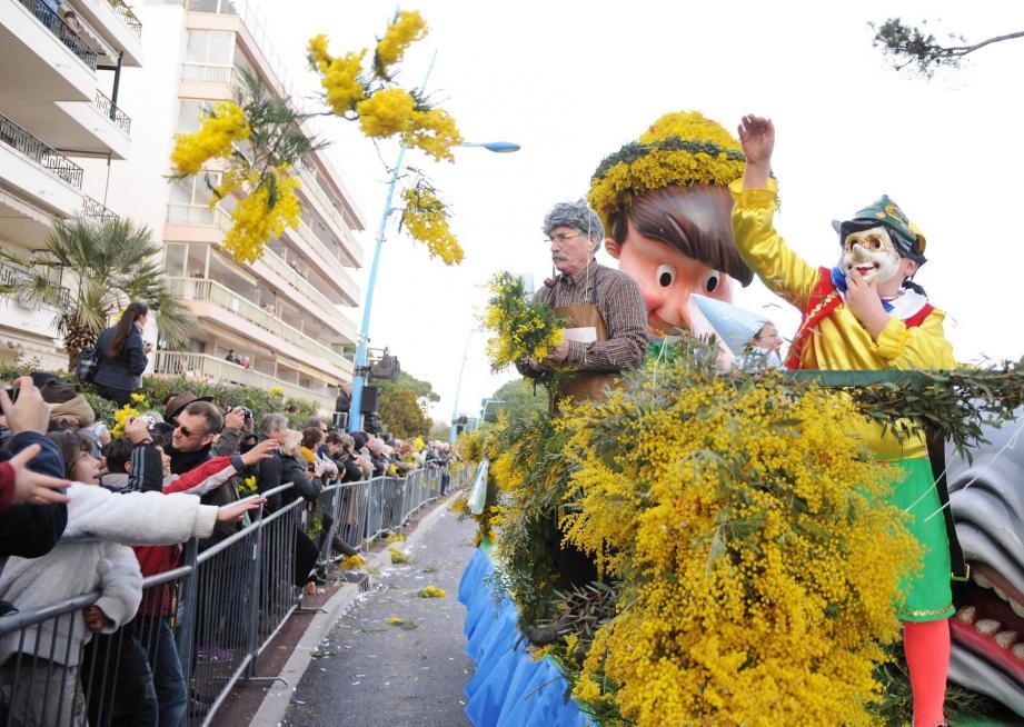 Un char habillé de mimosa lors de l'édition 2015 de la fête du Mimosa à Mandelieu.