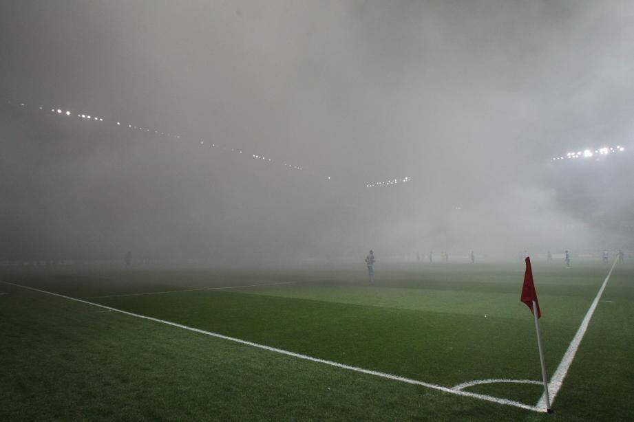 Les fumées avaient entraîné l'interruption du match.