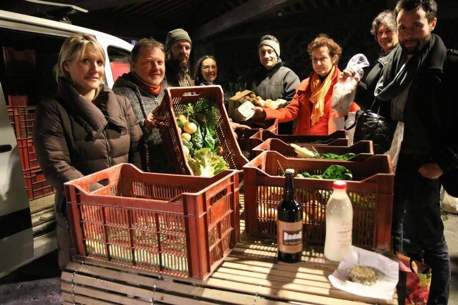 Amapiens et producteurs partagent le plaisir du bien manger sous la halle de la place Bermond.