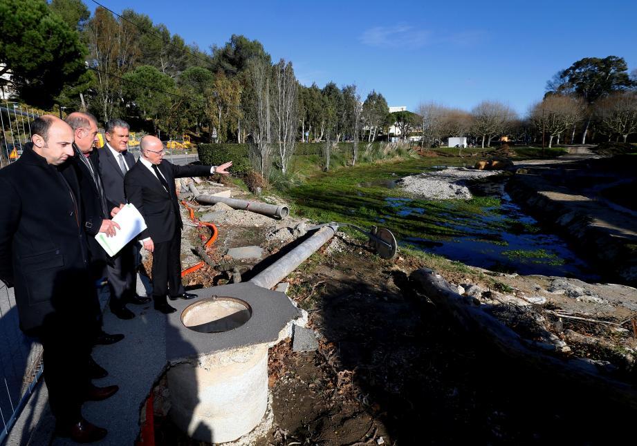 À Mandelieu, Eric Ciotti est allé constater l'avancée des travaux du bassin de rétention du vallon de la Théoulière.