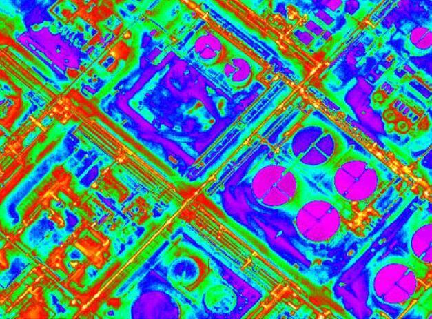 Sur cette photo, réalisée grâce aux caméras thermiques d'un avion, on voit bien, en rouge, les dégagements de chaleur depuis les toitures des habitations, faute d'une isolation correcte. L'enjeu de cette campagne est justement de montrer tous les bâtiments énergivores du pays grassois dotés d'un réseau GRDF.